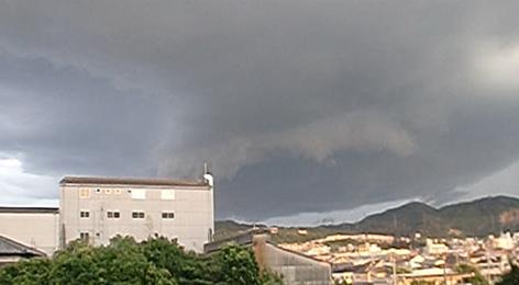 黒々とした雨雲が急襲する様子