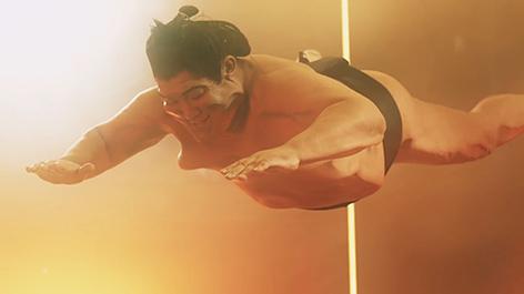 お相撲さんが宙を舞う